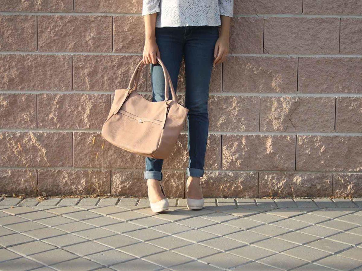 bolso-rosa-y-zapatos-nude